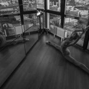 Acrylglas 3mm starke   Künstlerische exklusiv schwarz-weiß Aktfoto Foto urban nude Acrylglasbild A144 Künstler: Aleksandr Lishch