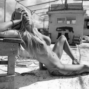 Acrylglas 3mm starke   Künstlerische exklusiv schwarz-weiß Aktfoto Foto urban nude A083 Künstler: Aleksandr Lishchinskiy Akt-Bi