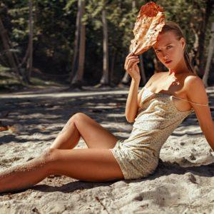 Acrylglas 3mm starke   Strand Sand Erholung Premium Wandbild Poster Acryl hübsche Frau PlumaArt 10P19 Künstler:Georgy Chernyady